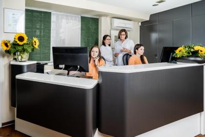 Zahnärztinnen Duisburg-Nord - Kuchenbecker-Bohnen, Mai Dinh - das Team am Empfang unserer Praxis
