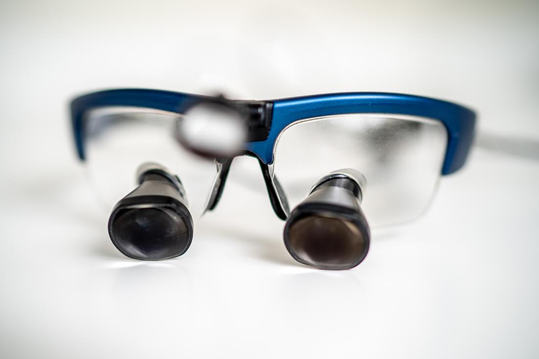Zahnärztinnen Duisburg-Nord - Kuchenbecker-Bohnen, Mai Dinh - wir arbeiten in der Praxis mit Lupenbrille